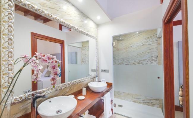 villa_del_mas_lanzarote_lujo_habitacion_azul+baño